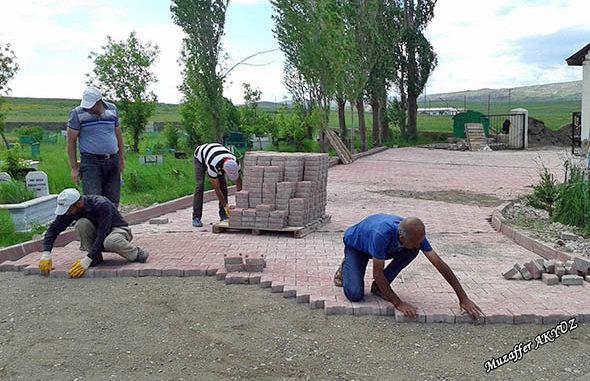Hafik Belediyesi, mezarlık düzenleme çalışması yapıyor kopya