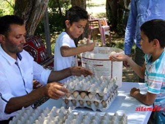 İstanbul'da konfeksiyon atölyesinde düşük maaşla çalıştığı işinden ayrılarak memleketi Sivas'ın Hafik ilçesine dönen ve kurduğu kümeste organik tavuk yetiştiriciliğine başlayan 36 yaşındaki girişimci Şemsettin Göl, organik yumurta satışından ayda 5 bin liradan fazla kazanıyor. ( Muzaffer Akyüz - Anadolu Ajansı )